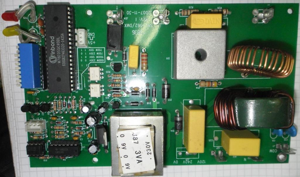 Внутри отдельный трансформатор (12V 5W) со схемкой в термоусадке для запитки вентилятора, основная плата питается от